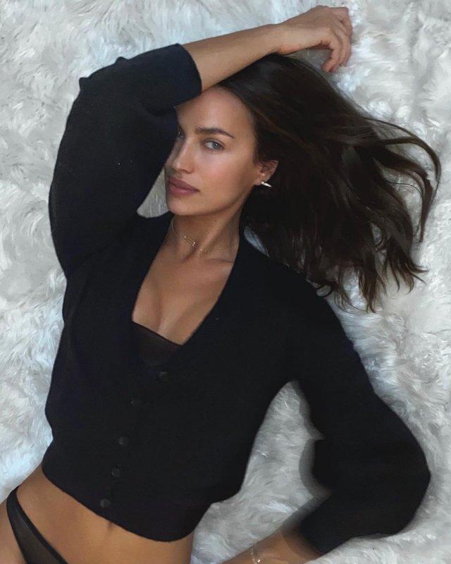 Ирина Шейк в черной кофте