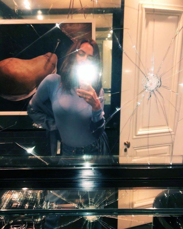 Ирина Шейк в синей просвечивающей майке