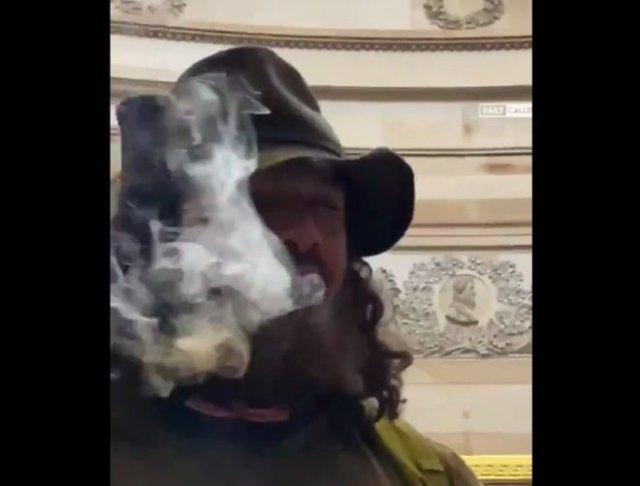 """Парень решил """"покурить"""" во время штурма Капитолия"""