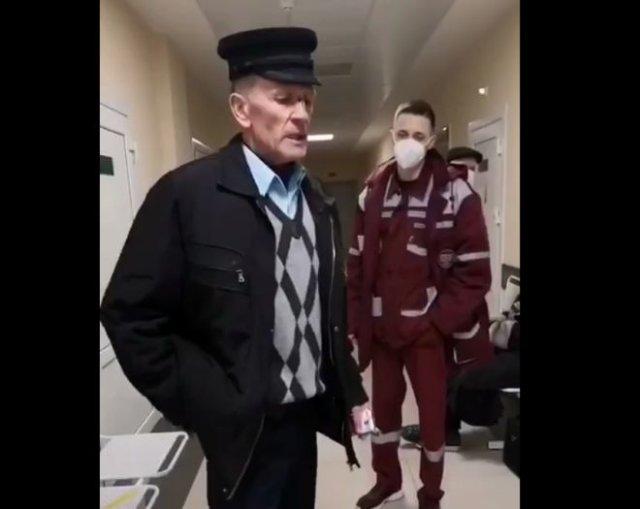 Неадекватный дед напал на фельдшера, обвинив его в участии в митингах против Александра Лукашенко
