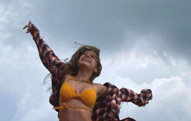 Звезда TikTok Валя Карнавал в оранжевом купальнике и рубашке