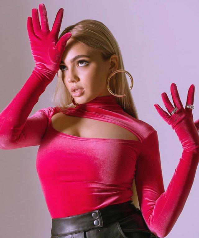 Звезда TikTok Валя Карнавал в розовом топе