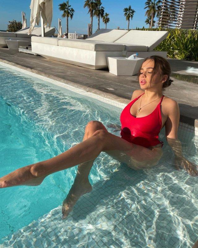 Звезда TikTok Валя Карнавал в красном купальнике