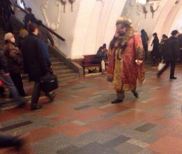 мужчина в костюме боярина