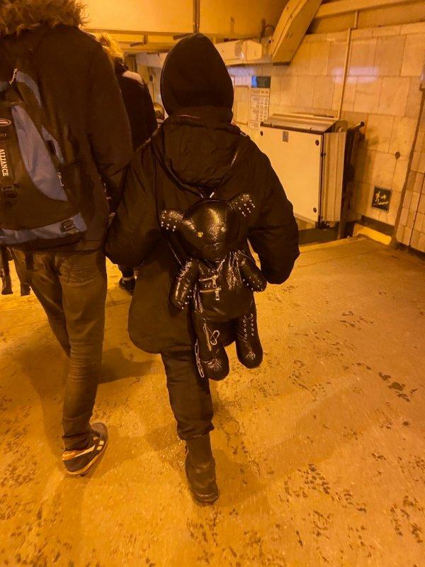 девушка с кожаным рюкзаком