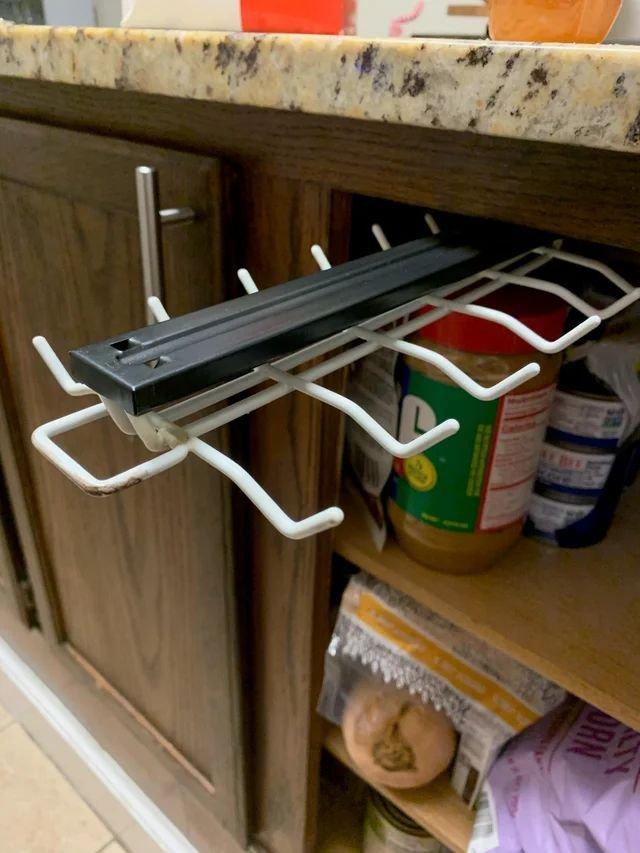 Для чего нужна эта вешалка в кухонном шкафчике?