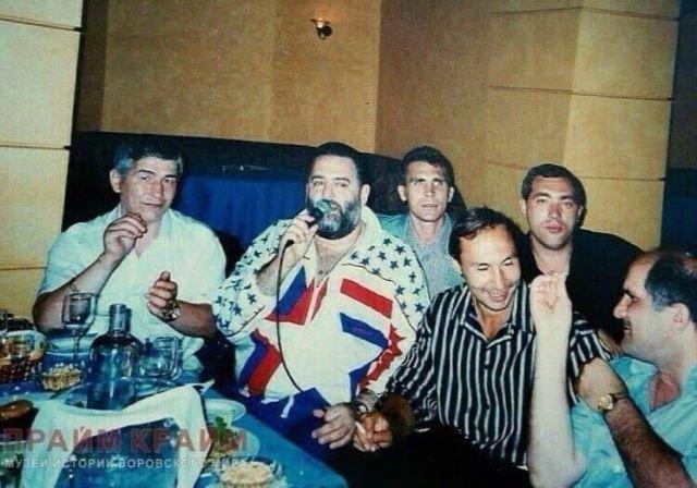 Михаил Шуфутинский в компании авторитетных людей Россия, Сочи, 1995 год.