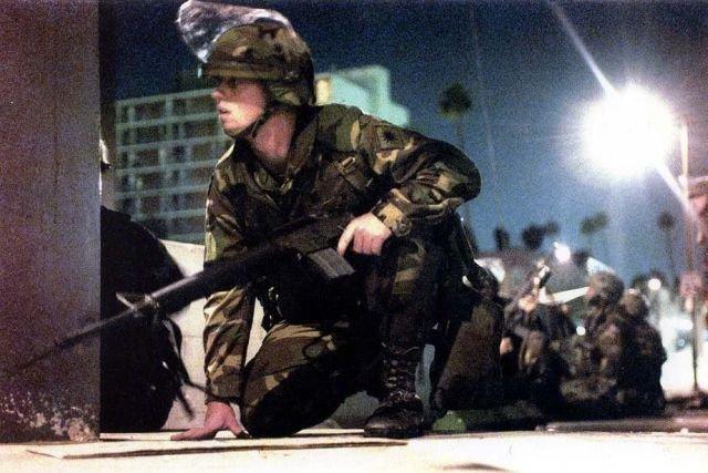 Бойцы Национальной гвардии Калифорнии укрываются от обстрела
