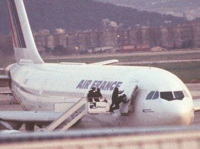 Французский спецназ GIGN во время освобождения заложников рейса 8969