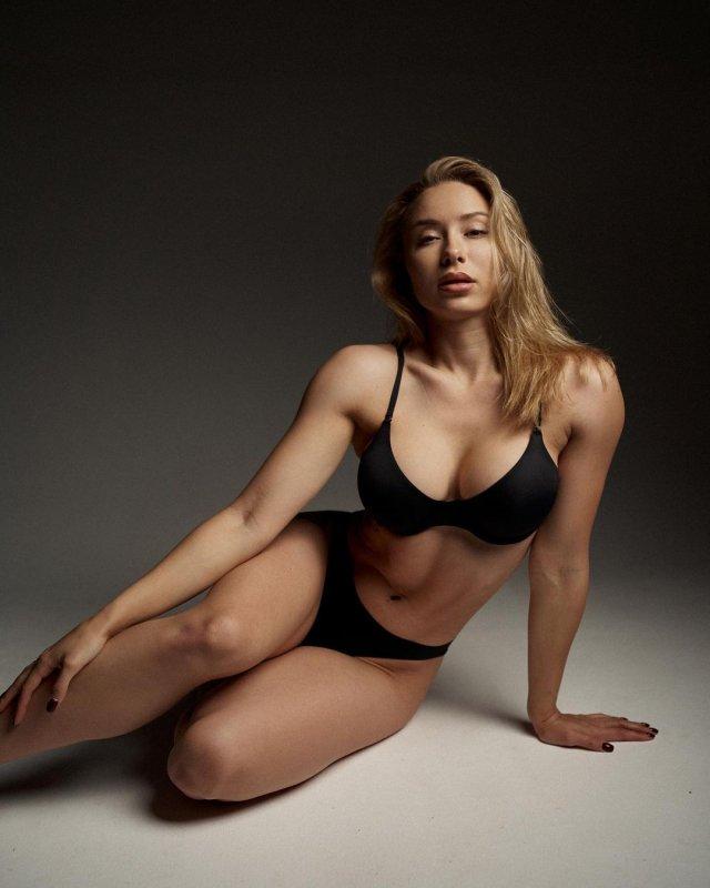 Мария Соколова: вице-чемпионка Европы и России по фитнес-бикини в черном нижнем белье