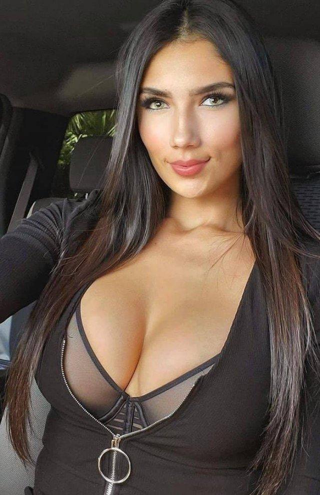 Девушка в кофте с глубоким декольте за рулем