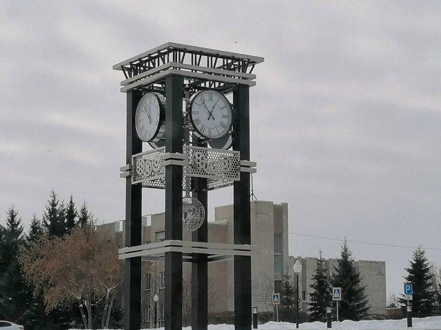 В Калачинске Омской области установили башню с часами высотой 7.5 метров