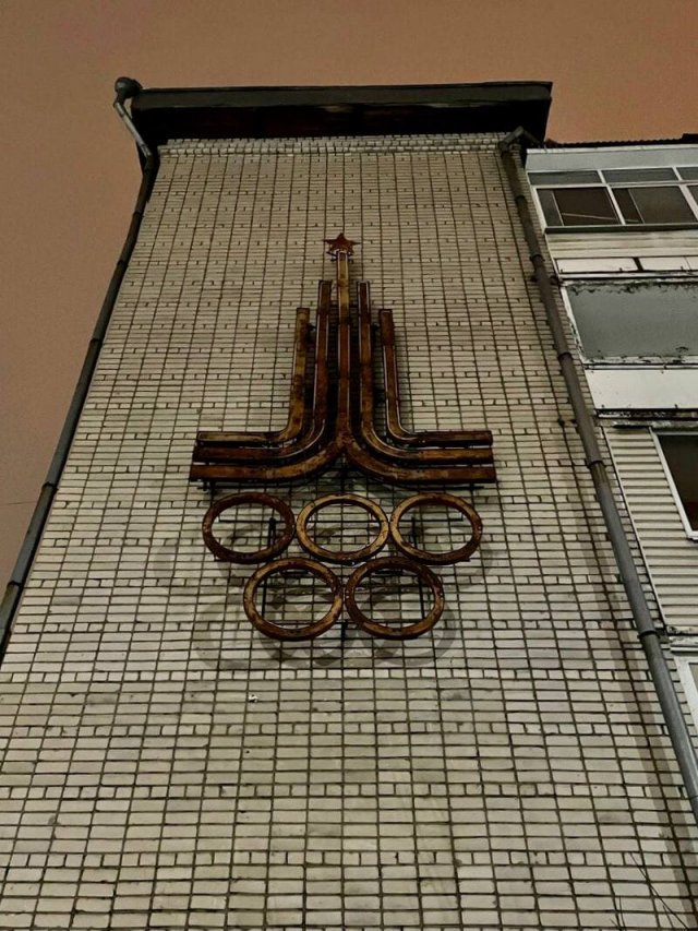 Советская световая конструкция на олимпийскую тематику в Вологде.