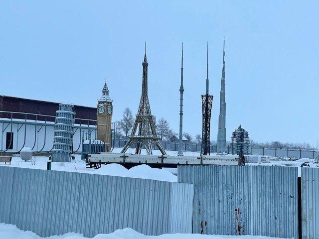 На трассе в Кирилловском районе Вологодской области обнаружились макеты башен со всего мира