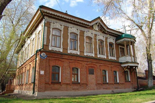 Один из самых интересных особняков старого Новосибирска — дом Родиона Копылова. Он полукаменный, обильно украшен резьбой, возведён в 1901 году