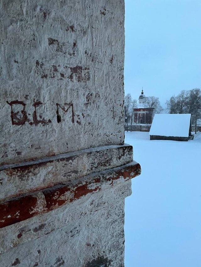 Пользователи нашли лозунг американских протестов «Black Lives Matter» на стене Кирилло-Белозерского монастыря в Вологодской области