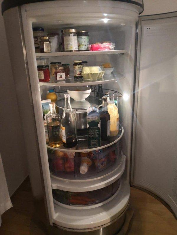 Холодильник с вращающимися полочками помогает легче добраться до любых продуктов