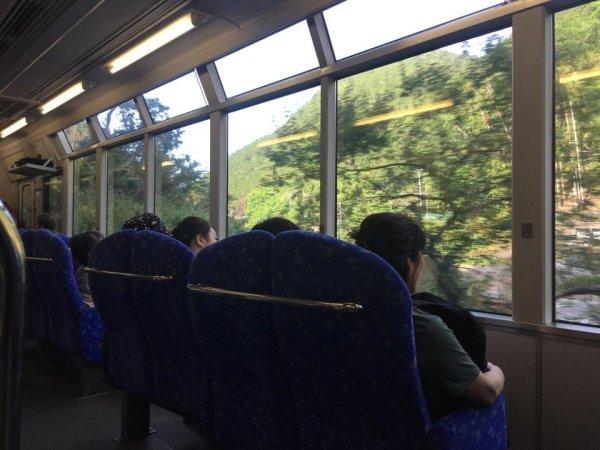 Сидения в японском поезде повёрнуты к окну, чтобы можно было наслаждаться видом