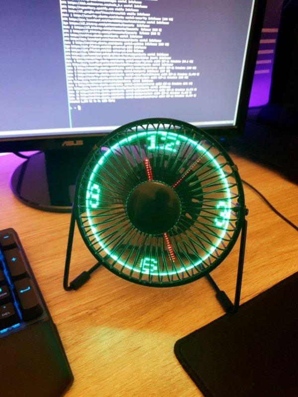Настольный вентилятор со встроенными часами