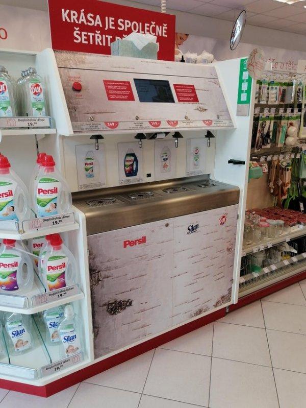 Аппарат с моющим средством в Праге, который позволяет снова наполнять бутылки от него, а не покупать новые
