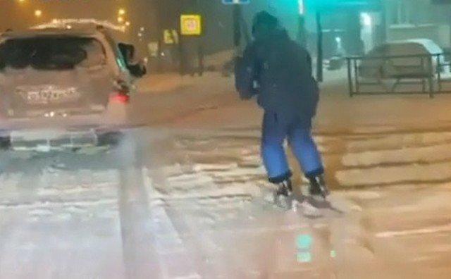 Лыжник катается в липецке
