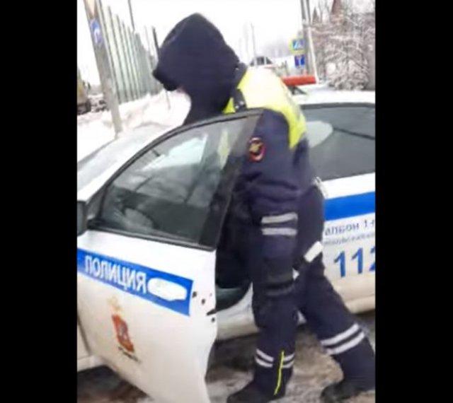 Девушка учит сотрудников ДПС правилам дорожного движения