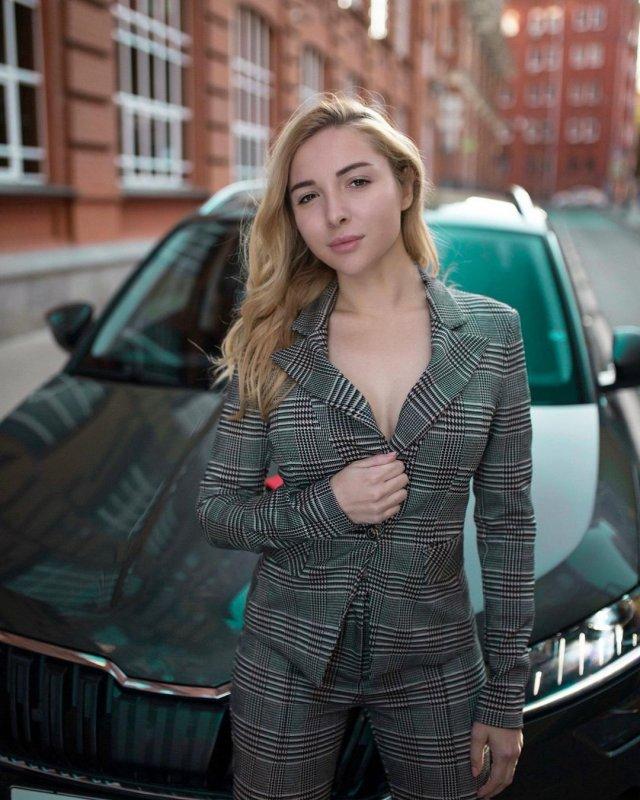 Автоблогер Анна Салтыкова в сером пиджаке с декольте