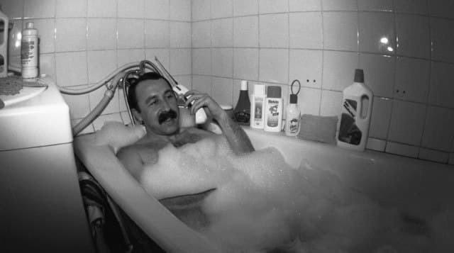 """Тренер московского """"Динамо"""" Валерий Георгевич Газзаев принимает ванну, 1992 год, Россия"""