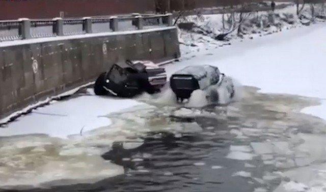 """Вездеходы чуть не """"утонули"""" во время купаний в Неве и реке Смоленке в Санкт-Петербурге"""