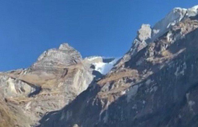 Сход лавины в горах Непала