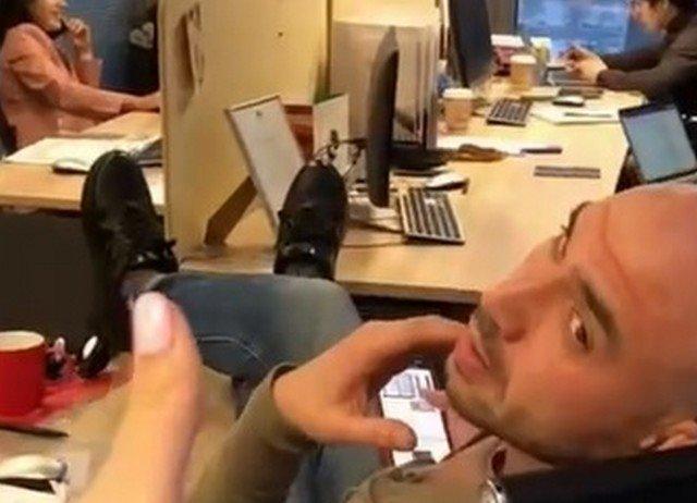 Необычный пранк в офисе с указательным пальцем