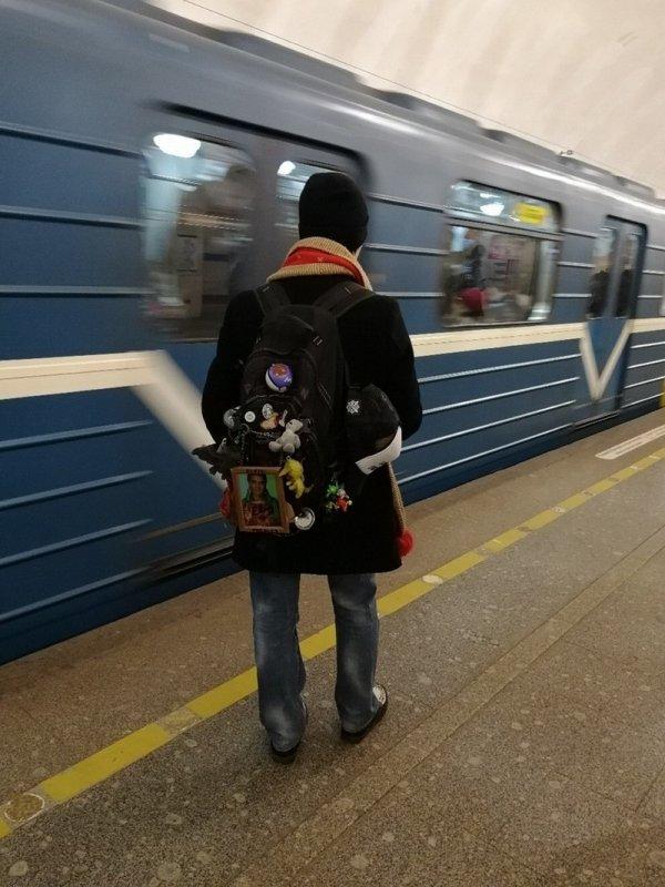 обвешанный рюкзак