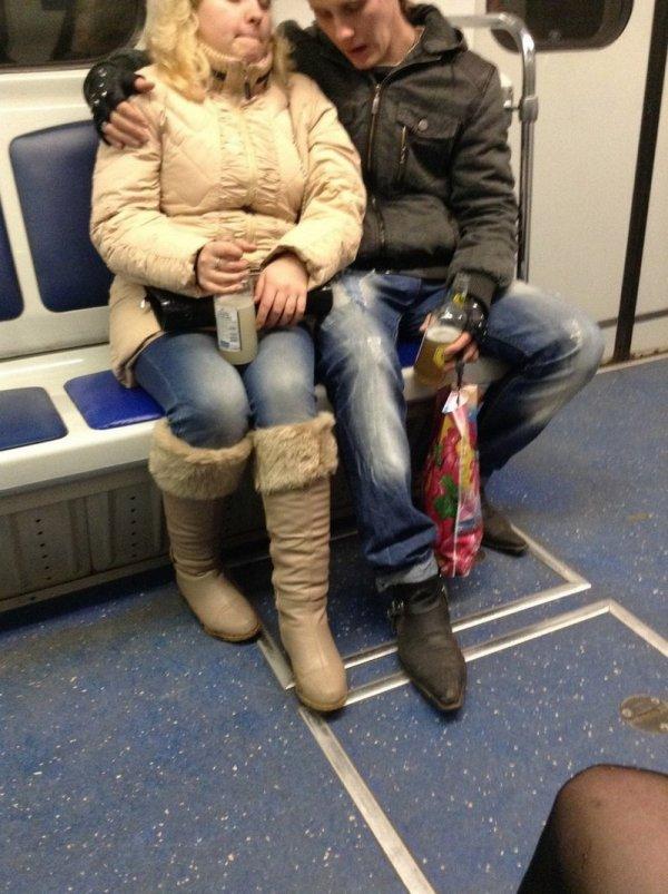 пара пьет алкоголь в метро