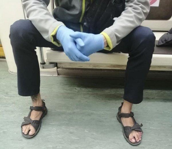 парень в сандалиях