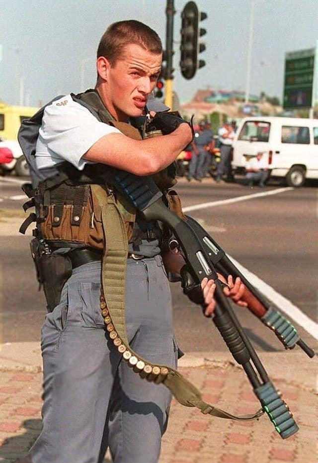 Южноафриканские полицейские после того, как их обстреляли во время митинга Африканского национального конгресса