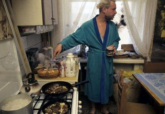 Борис Моисеев стоит на кухне в своей квартире