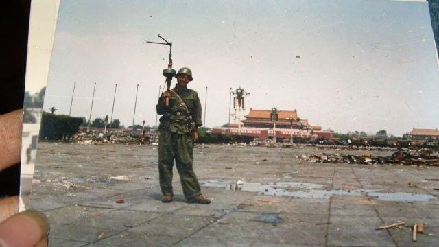 Фото с площади Тяньаньмень 4 июня 1989 года. Последствия подавления антиправительственных выступлений.