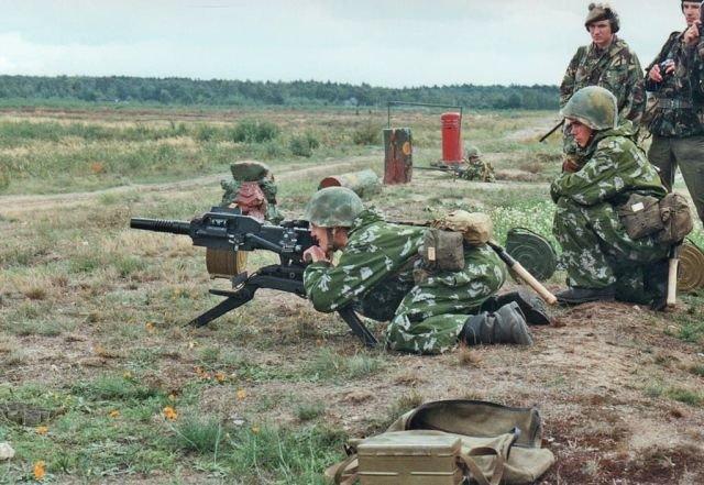Российские военнослужащие демонстрируют своё вооружение британским военным