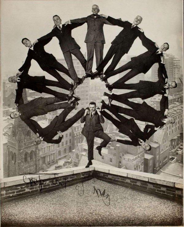 «Мужчина на крыше с одиннадцатью мужчинами на плечах», неизвестный автор, 1930 год