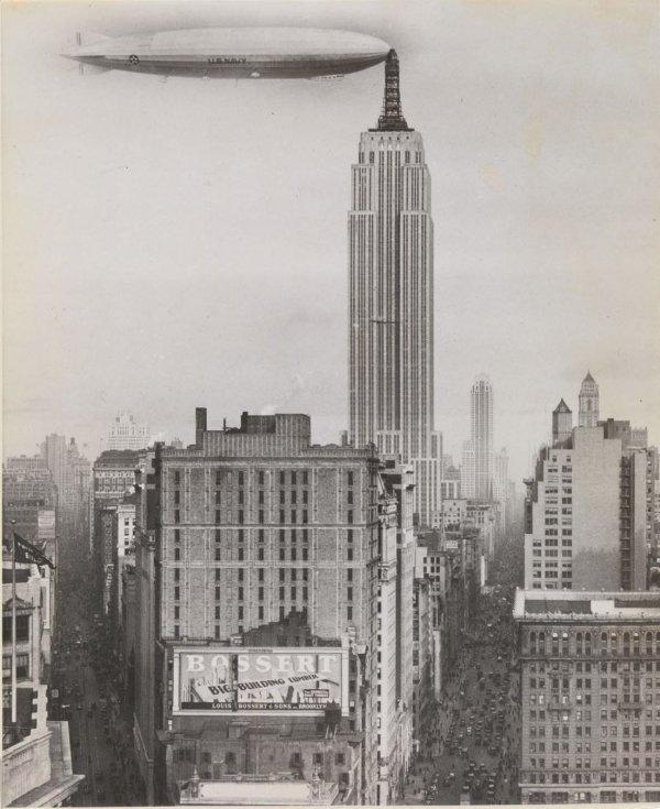 «Дирижабль пришвартован к Эмпайр-стейт-билдинг», неизвестный автор, 1930 год
