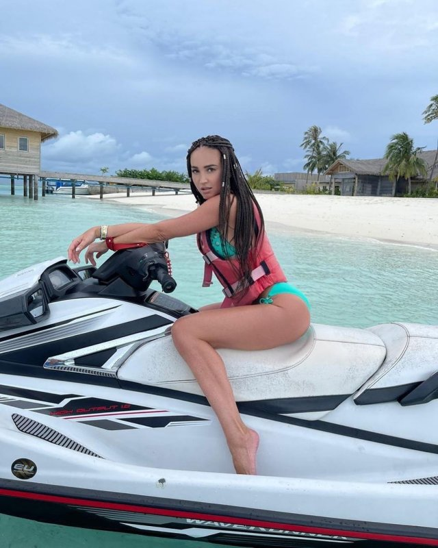 Ольга Бузова на водном мотоцикле