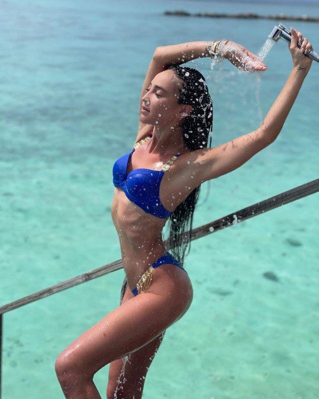 Ольга Бузова в синем купальнике с душем