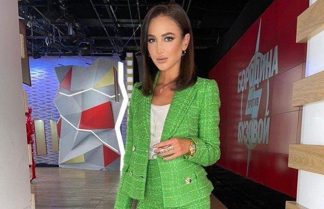 Ольга Бузова в зеленом пиджаке