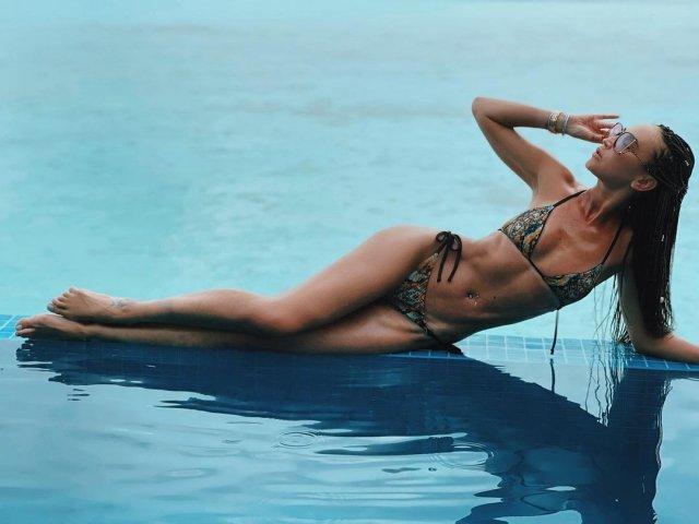 Ольга Бузова в купальнике в бассейне