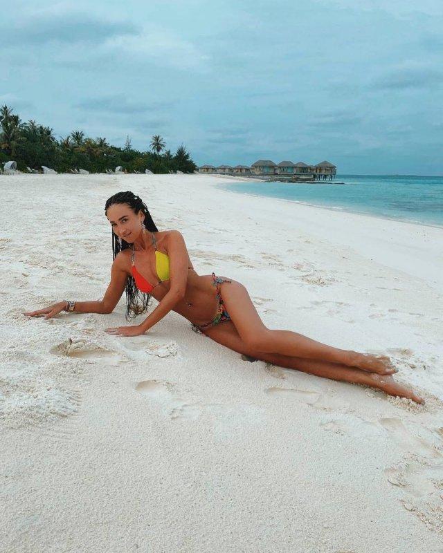 Ольга Бузова в цветном купальнике на пляже