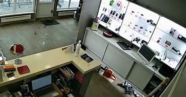 Дерзкое и вальяжное ограбление в Красноярском магазине техники