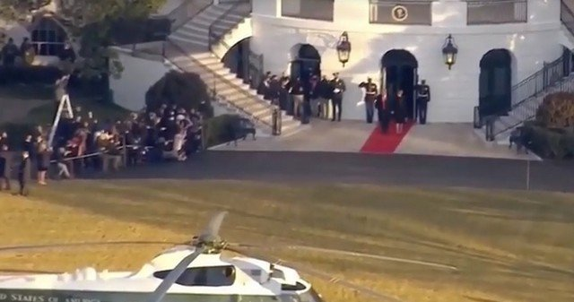 Дональд Трамп покидает Белый дом