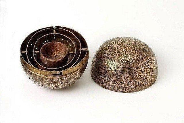 Грелка для рук, 1450 год. Внутрь помещался тлеющий уголь, тепло которого должно было греть руки держащие шар.