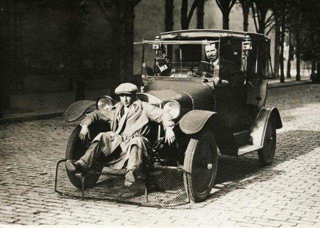 Сетка для защиты сбитых пешеходов на полицейской машине, 1920 год