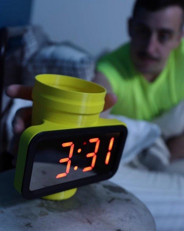 Стакан со встроенными часами удобен тем, кто любит встать посреди ночи попить водички